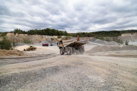 Zahlreiche Maschinen sind im Steinbruch im Einsatz. Die Ersatzteile bei einem Defekt werden zukünftig digital verwaltet
