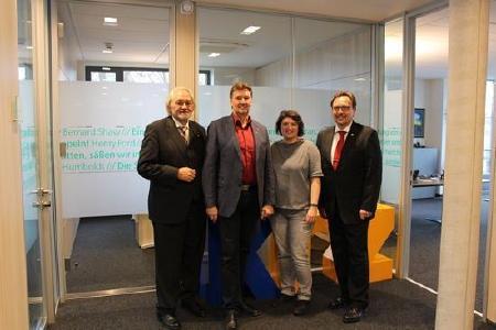 Informierten sich über den Lemgoer IT-Dienstleister: SPD-Kreisvorsitzende in Lippe und Landtagskandidatin Ellen Stock gemeinsam mit (v. lks.) Wolfgang Scherer (krz), MdL Jürgen Berghahn und krz-Geschäftsleiter Reinhold Harnisch (Bild: krz)