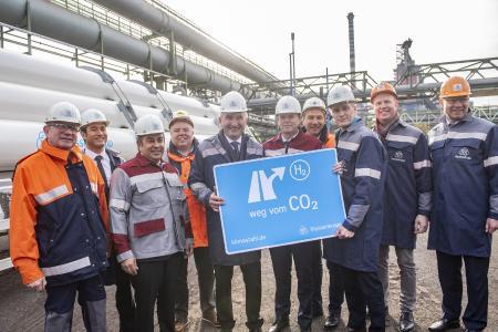 V.l.n.r.: Dr. Jens Reichel, Leiter Technische Dienstleistungen & Energie thyssenkrupp Steel Europe, Gilles Le Van, Vorsitzender der Geschäftsführung von Air Liquide Deutschland, Premal Desai, Sprecher des Vorstands thyssenkrupp Steel Europe, der stellvertretende thyssenkrupp Steel Europe Betriebsratsvorsitzende Horst Gawlik, NRW-Wirtschafts- und Digitalminister Prof. Dr. Andreas Pinkwart, thyssenkrupp AG Vorstand Dr. Klaus Keysberg, der thyssenkrupp Steel Europe Gesamtbetriebsratsvorsitzende Tekin Nasikkol, thyssenkrupp Steel Europe Produktionsvorstand Dr. Arnd Köfler, Henning Rehbaum, Sprecher für Wirtschaft, Energie und Landesplanung der CDU-Fraktion im Landtag NRW, und Stefan Schreiber, Hauptgeschäftsführer IHK zu Dortmund