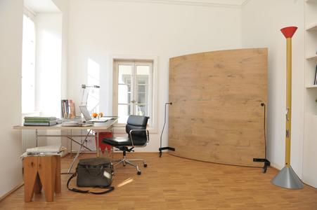 Office with Werkwand back in natural wood look and with black frame.