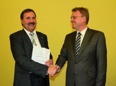 Dr. Bruno Lindl, Geschäftsführer Forschung und Entwicklung von ebm-papst nahm von Prof. Dr. Michael Arnemann von der Hochschule in Karlsruhe die Auszeichnung entgegen. Foto: ebm-papst Mulfingen