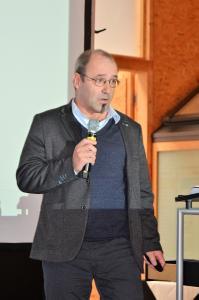 """Auf Holzbauplanung spezialisiert: Gerd Prause, Gründer und Geschäftsführer eines der größten deutschen Planungsbüros für Holzbauten mit Sitz in Lindlar/NRW, führte in die Grundlagen des Building Information Modeling ein: """"BIM wird von der Bundesregierung als Planungsstandard für öffentliche Bauvorhaben mit einer Bausumme ab 5 Mio. € angesehen. Wer für öffentliche Auftraggeber tätig sein will, kommt daher an BIM künftig nicht vorbei"""", betont DHV-Vorstandsmitglied Prause, der als Experte für vernetzte integrierte Planungsprozesse im Holzbau gilt.""""  (Foto: Achim Zielke für den DHV, Ostfildern; www.d-h-v.de)"""