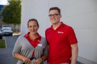Bettina Hellmich und Sebastian Blecher führen Besucher durch die Erlebniswelt sowie das Unternehmen und versorgen sie mit interessanten Infos / Foto: TORWEGGE