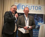 Preisverleihung an Ramon Mörl, Geschäftsführung der itWatch GmbH von Herrn Michael Bartsch, Geschäftsführer Deutor