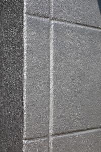 Metallocryl Exterior macht sich mit edel silbrig-metallischem Glanz auch aus der Nähe gut auf der grobstrukturierten Porenbetonfassade (Foto: Caparol Farben Lacke Bautenschutz/Martin Duckek)