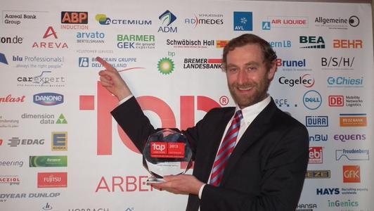 """Henrik Teipel, Personalleiter von arvato Customer Services, nahm die Auszeichnung """"Top Arbeitgeber 2013"""" entgegen"""