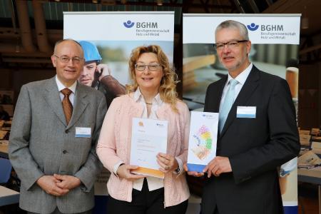 (Von links) Jürgen Bünnagel (BGHM), Andrea Ackermann (Ackermann GmbH) und Karl Hönig (BGHM) bei der Übergabe der Urkunde zum Sicherheitspreis der BGHM.(Quelle: BGHM)