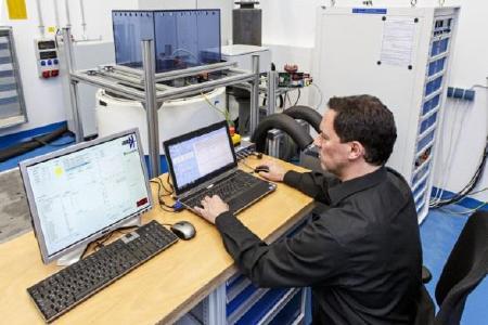 Der neue Prüfstand im Fraunhofer LBF kombiniert mechanische Vibrationsbelastung und elektrothermische Belastung zu einem realitätsnahen Lastprofil / Foto: Raapke/Fraunhofer LBF