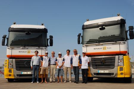 Flavio Briatore, Fernando Alonso und Nelson Piquet vom ING Renault F1 Team mit Stefano Chmielewski, Marc Martinez, Eric Nieloud und Jérémie Achour von Renault Trucks