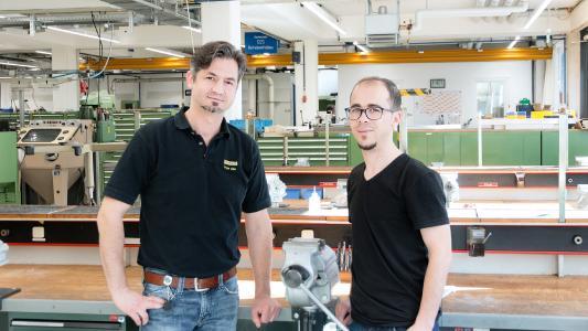 Rami Aswad und der Ausbildungsmeister Petar Alan (links) beim Ausbildungsstart (Bild: GEZE GmbH)