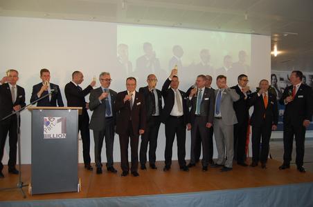 Berner Führungskräfte stoßen gemeinsam auf die erste Umsatzmilliarde in Euro an