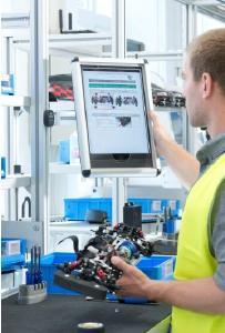 Digitale Assistenzsysteme wie vernetzte Arbeitsanweisungen auf Tablets machen die Produktion fit für die immer komplexere und flexiblere Fertigung / ©Fraunhofer IGCV/Bernd Müller Fotografie