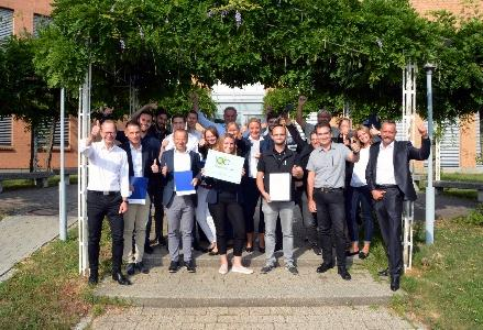 Die frisch zertifizierten Multiplikatoren für die digitalisierte Arbeitswelt freuen sich mit den Projektpartnern über einen gelungenen Lehrgang (Foto: Philipp Braitinger)