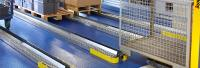 Auf von TORWEGGE individuell gefertigten Schwerlast-Rollschienen befördert ein Automobilzulieferer bis zu fünf Tonnen schwere Paletten-stapel. (Foto: TORWEGGE)