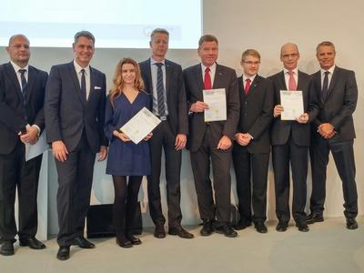 """Dr. Tim Hosenfeldt (2nd from right), Vice President, Competence Center Surface Technology at Schaeffler, accepted the """"Materialica Design + Technology Award 2014"""" in the """"Surface & Technology"""" category"""