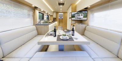 XXL Leder-Loune mit dreiseitig umlaufenden Fenstern und riesige Gourmetküche im großzügigen Salon