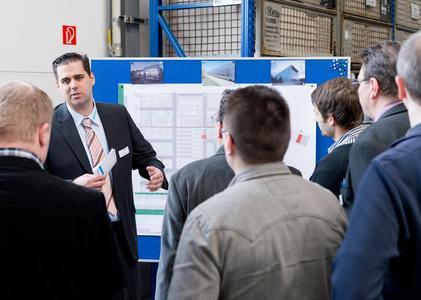 Konzentrierte Zuhörer bei der Produktionsführung. (c) Elektror airsystems gmbh