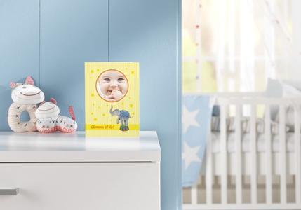 Name, Geburtsdatum und –zeit, Gewicht, Größe sowie Kopfumfang gehören genauso auf die Karte wie ein Foto des Neugeborenen.