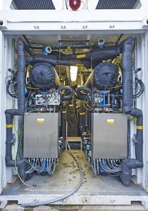 Hier entsteht der Wasserstoff aus nichts als Wasser und Strom: Die Innenansicht des Elektrolyseurs zeigt die isolierten Wasserstoff- und Sauerstoff- führende Verrohrung und Vorratsbehälter. Foto: Mainova