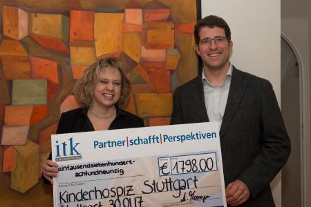 Andreas Mampe von ITK Engineering überreicht Elvira Pfleiderer vom Kinderhospiz Stuttgart den Spendenscheck / Foto: ITK Engineering
