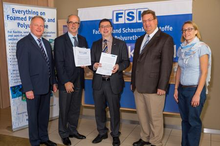 Signing of the cooperation agreement between the German Social Accident Insurance Institution RCI and the FSK. From left to right: Dr. Hans-W. Schloz (FSK Managing Director), Albrecht Manderscheid (FSK Chairman), Helmut Ehnes (German Social Accident Insurance Institution RCI, Head of Prevention), Dr. Thomas Martin (German Social Accident Insurance Institution RCI, Head of Office for Hazardous Substance Information), Ilona Wiesmann (FSK).