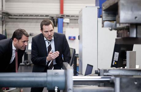 Wie sich maßgeschneiderte Stahlbauteile fertigen lassen, erläutert Dr. Malte Stonis vom IPH (rechts) Minister Olaf Lies. (Foto: Johannes Stein / IPH)