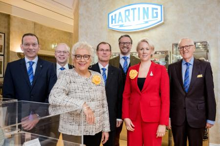 Der HARTING Vorstand ist mit dem abgelaufenen Geschäftsjahr 2017/18 sehr zufrieden: Andreas Conrad, Dr. Michael Pütz, Margrit Harting, Dr. Frank Brode, Philip Harting, Maresa Harting-Hertz und Dietmar Harting (von links nach rechts)