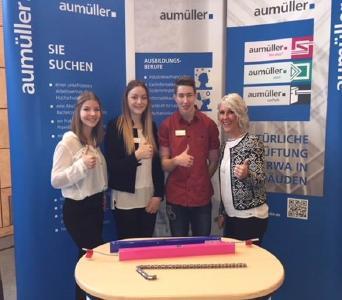 Auf dem Berufsinformationstag der Dr.-Max-Josef-Metzger-Realschule Meitingen wurde Ausbildungsleiterin Eileen Zepper tatkräftig von den Azubis Katharina Schawohl, Theresa Barl und Tobias Stempfle unterstützt