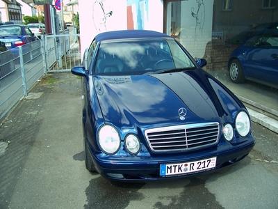 Die Mitarbeiter der Autolackiererei Main-Taunus werden auf ihren Firmenwagen, ein Mercedes CLK Cabrio, oft angesprochen. Der Wagen wurde in einem intensiven Blau-Ton lackiert