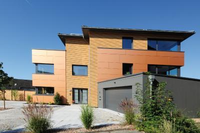 Der Eigentümer legte viel Wert auf natürliche Materialien und einen nahtlosen Übergang vom Haus zur Garage.