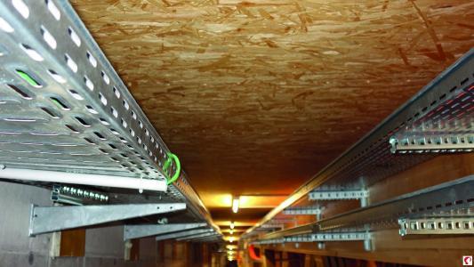Installationsschächte an der Unterseite der Dachelemente, entlang der Obergurte an den Fachwerkträgern (Bildnachweis: Messe Dornbirn GmbH)