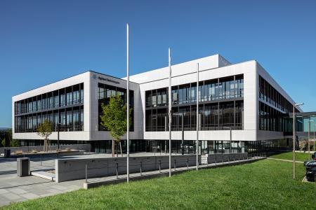 Ansicht des Neubaus am Tag / Bildnachweis: Schüco International KG // Fotograf: Atelier Altenkirch