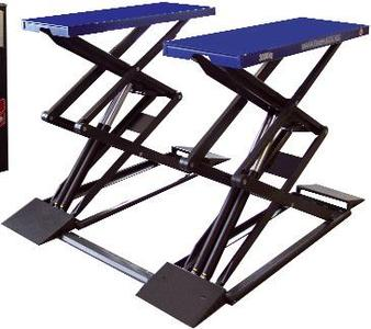 Double scissors lift for vehicles up to 3 t gross weight, available as model TWIN F II 3.0 A for surface mounting and as model TWIN F II 3.0 U for flush-floor mounting.(foundation installation)