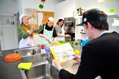 Arbeiten im Hauswirtschaftsbereich: Die Projekt-Teilnehmerinnen und -Teilnehmer kochen gemeinsam, stellen Essenspläne zusammen und lernen, sich in der Küche zurechtzufinden / © Marion Coers