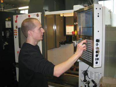 Aktueller Auftrag über Techpilot: Ein Mitarbeiter programmiert am Bearbeitungszentrum die Arbeitsschritte, um ein neues Werkstück herstellen zu können.