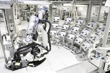 Blick in die Hightech-Fertigung der polymeren Verbindungstechnik RAUTITAN PX / Bild: REHAU