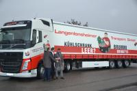 Krone-Geschäftsführer Dr. Frank Albers, L.T.G.-Geschäftsführer Manfred Graffe und BGL-Hauptgeschäftsführer Prof. Dr. Dirk Engelhardt (von links) bei der Übergabe des Brummi-Aufliegers an die L.T.G. in Langenlonsheim