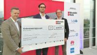 Malcolm Schauf (links) und Beat Balzli (rechts) übergeben das Preisgeld an Florian Molder, den Gewinner des Supermaster-Wettbewerbs.