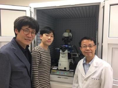 Professor Kyeong Kyu Kim mit sei-nem Doktoranden Wanki Yoo und Laborleiter Dr. Hyungchang Shin, und dem JPK NanoWizard® ULTRA Speed AFM am SKKU in Korea