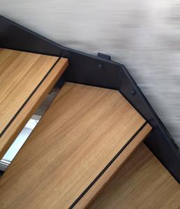 Die Kombination von Metallwangen und der mit HWS-112-Hartwachs-Siegel beschichteten Holztreppenstufen sind ein echter Blickfang. Bildquelle: Remmers Baustofftechnik, Löningen