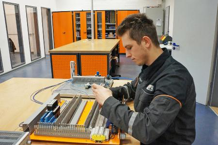 Im ersten Lehrjahr zum Mechatroniker gehört das verdrahten von Einzelkomponenten zu komplexen elektrischen Schaltungen zum Lehrplan, wie hier zu sehen bei Lennart F. / Foto: STILL GmbH