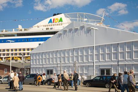 Losberger VIP-Zelt maxiflex Emporium. Mit 30 m Spannweite, 60 m Länge und einer Seitenhöhe von 6,80 m bot es Platz für 1800 geladene Gäste.