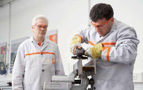 Praktisches Arbeiten der Schulungsteilnehmer mit FEIN Elektrowerkzeugen und Zubehör im Segment Metall