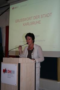 Erste Bürgermeisterin der Stadt Karlsruhe Margret Mergen spricht zu den Erstsemestern