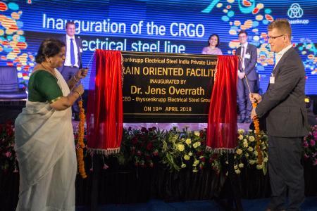 Dr. Aruna Sharma (Staatssekretärin Ministerium für Stahl, Indien) und Dr. Jens Overrath (CEO thyssenkrupp Electrical Steel) bei der Eröffnungsfeier für die neue Produktionsanlage für kornorientiertes Elektroband