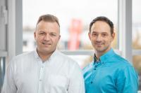 Die beiden Gebietsverkaufsleiter Arkadiusz Jeran (links) und Łukasz Orłowski sind bei der TORWEGGE POLSKA Sp. Z o. o zuständig für die Kundenberatung und den Vertrieb. (Foto: TORWEGGE)