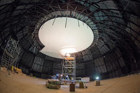 Die Kuppel des Planetariumssaals während der Bauphase (nach Montage der Akustikpaneele) (c)Frank-Michael Arndt