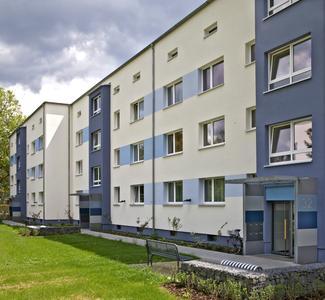 Kleinere Akzentflächen innerhalb der Fassaden greifen die Farbsetzungen der Giebelflächen auf