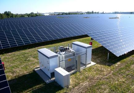 Wechselrichterstation in einem netzstabilisierenden Freiflächen- Solarkraftwerk