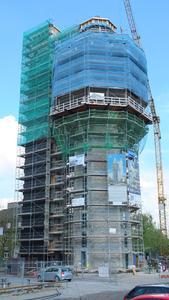 Energetisches Wahrzeichen: Der komplett eingerüstete Aquaturm in Radolfzell. Links der separate Versorgungsturm, der größtenteils schon wärmegedämmt ist. (Foto: Ejot)